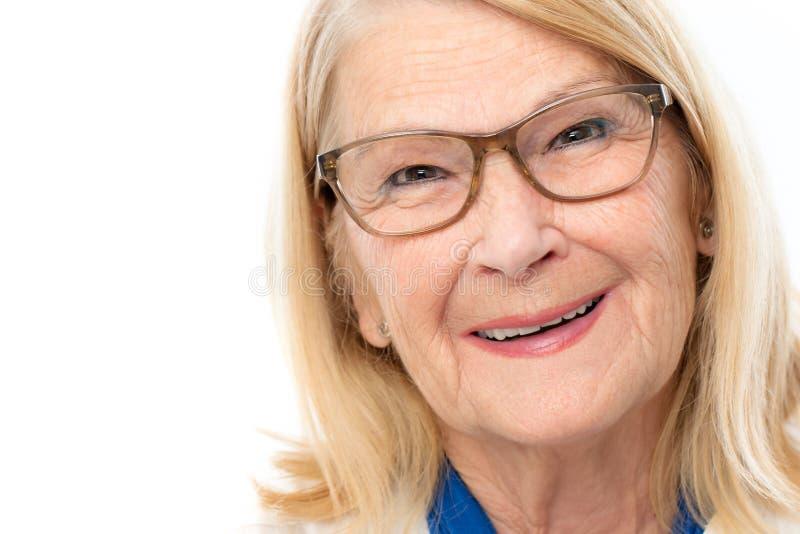 Gesicht geschossen von der attraktiven älteren Frau lizenzfreie stockfotos