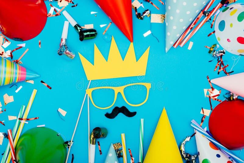 Gesicht mit der Krone hergestellt vom Feiertagsdekor lizenzfreie stockfotografie