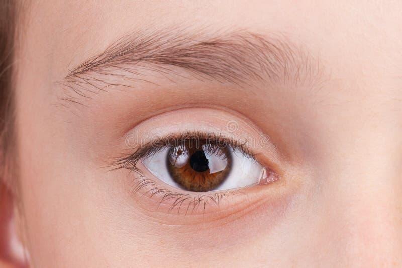 Gesicht mit einem Auge offen lizenzfreie stockfotos