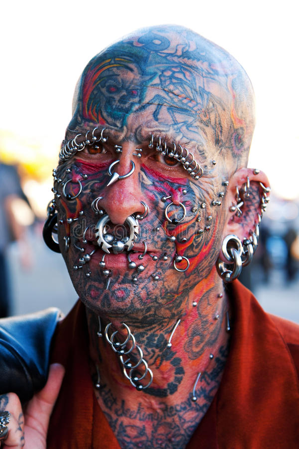 Gesicht mit Tätowierungen und Durchdringen lizenzfreie stockfotos