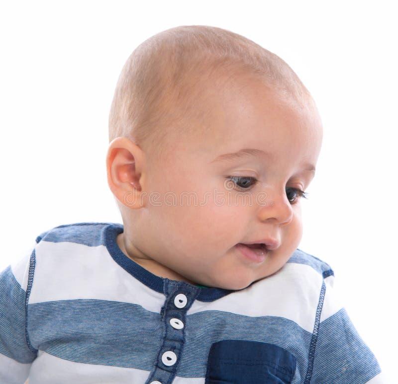 Gesicht: Profil des netten Babys in der blauen gestreiften Spitze auf lokalisiertem backg lizenzfreie stockfotografie