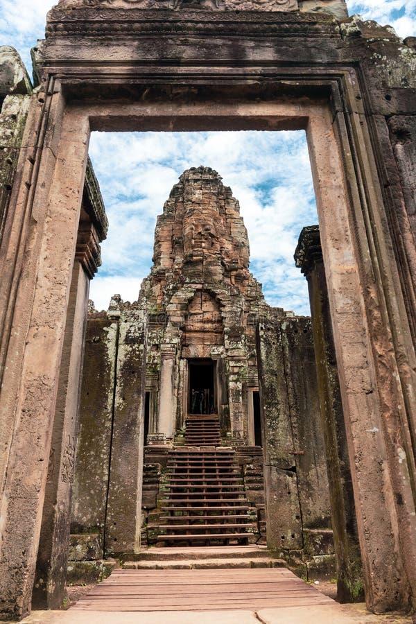 Gesicht schnitzte in Stein des alten Bayan-Tempels bei Angkor Wat, Kambodscha stockfoto