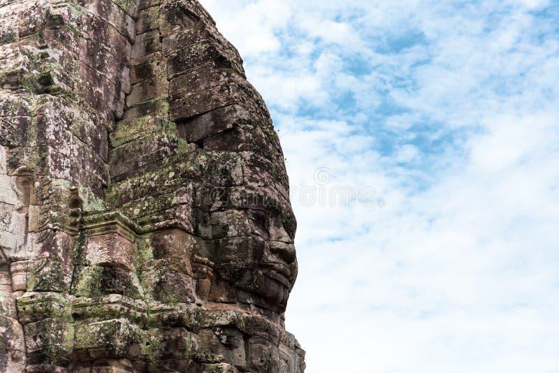 Gesicht schnitzte in Stein des alten Bayan-Tempels bei Angkor Wat, Kambodscha stockfotos