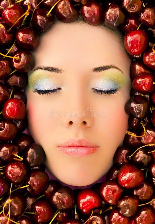 Gesicht umgeben durch Frucht lizenzfreies stockfoto