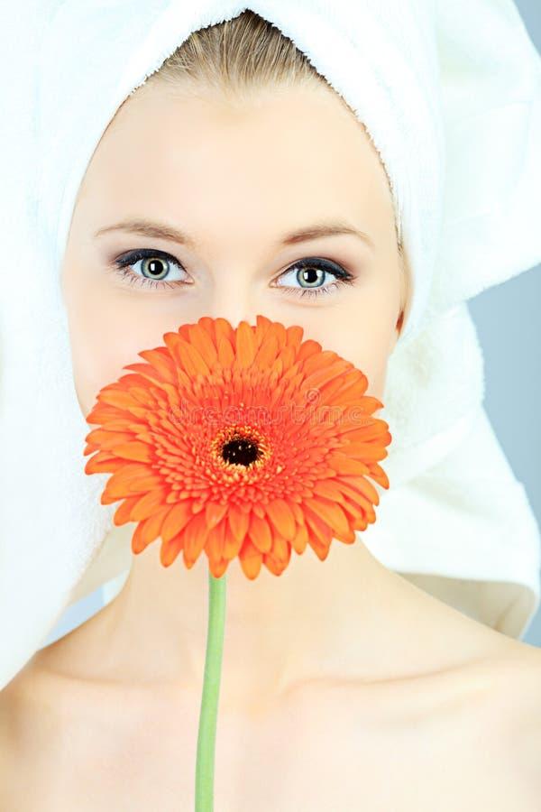 Gesicht und Blume stockbild