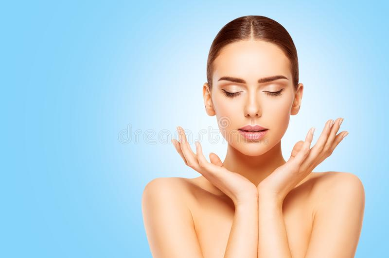Gesicht und Handschönheits-Hautpflege, die natürliche Frau bilden, modellieren auf Blau stockfoto