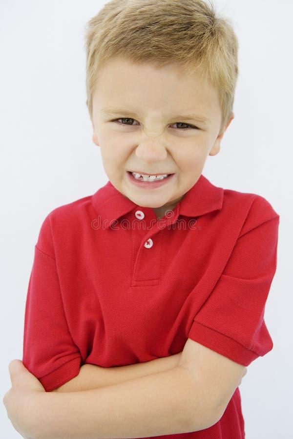 Gesicht verziehendes Junge lizenzfreie stockfotografie