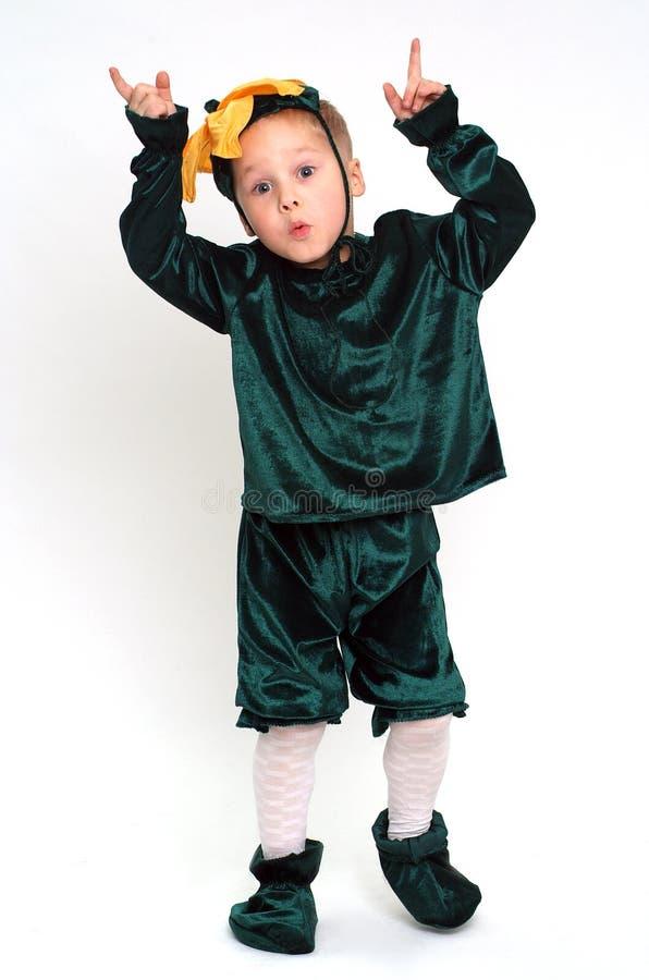 Gesicht verziehendes Junge im Kostüm stockfotos
