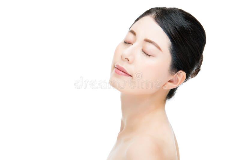 Gesicht von schönen Abschlussaugen der jungen Frau genießen weißen Hintergrund lizenzfreie stockfotografie