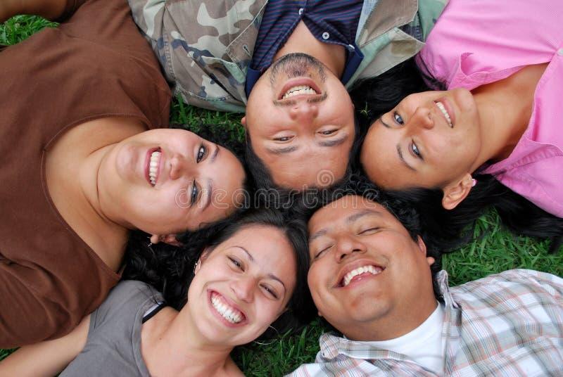 Gesichter der jungen hispanischen Freunde stockbild