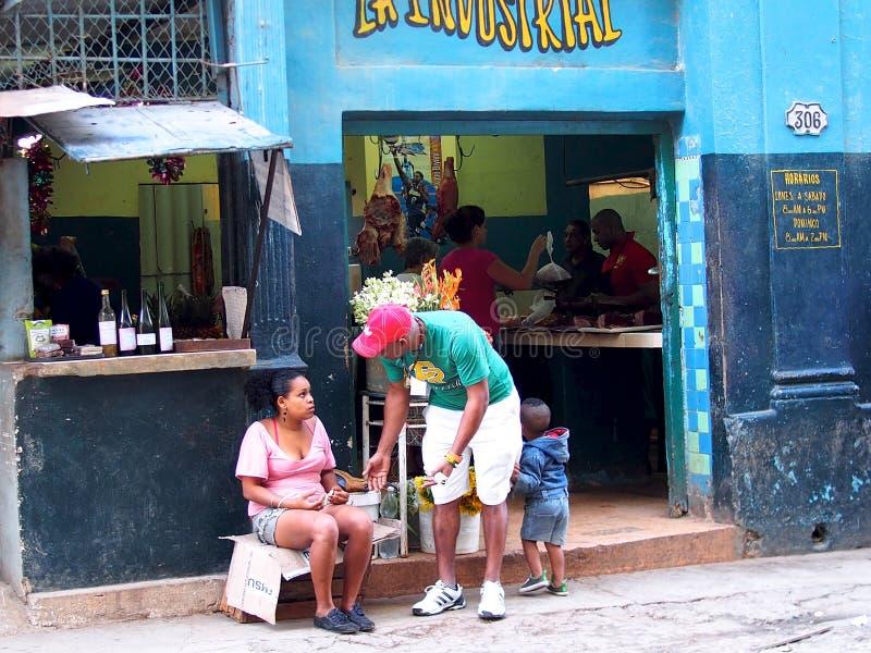 Gesichter des Kuba-Mannes und der Frau im Eingang des Shops stockbild