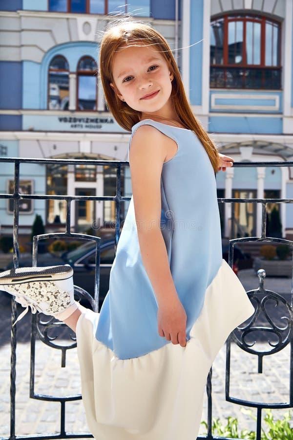 Gesichtsabnutzungs-Mode des Babys des kleinen Mädchens blaues Kleid der kleinen hübschen lizenzfreies stockfoto