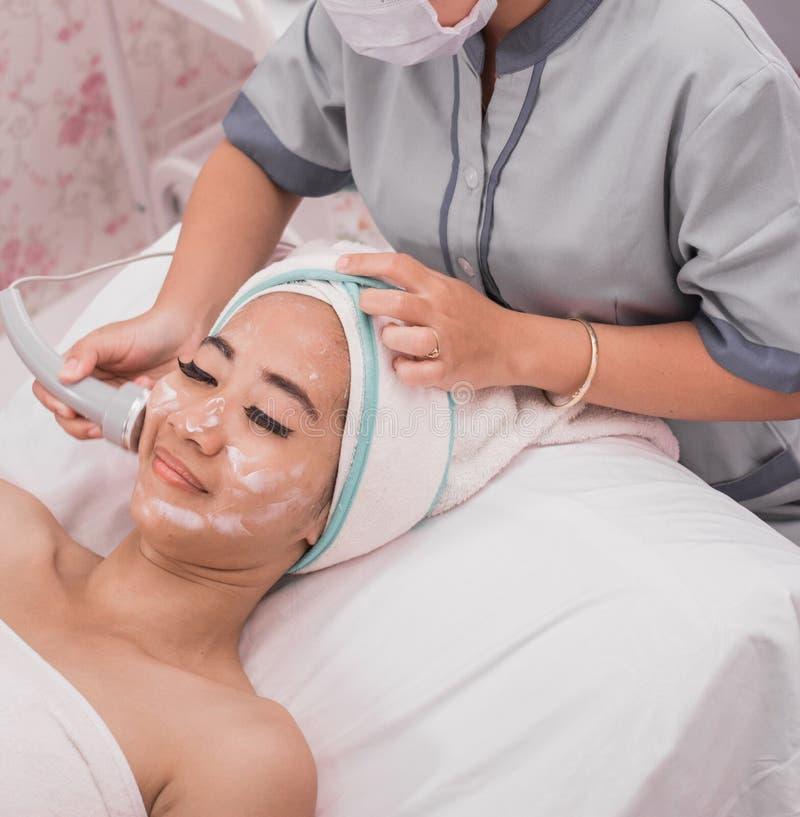 Gesichtsbehandlung mit Rf-Haut, die Maschine festzieht lizenzfreie stockfotos