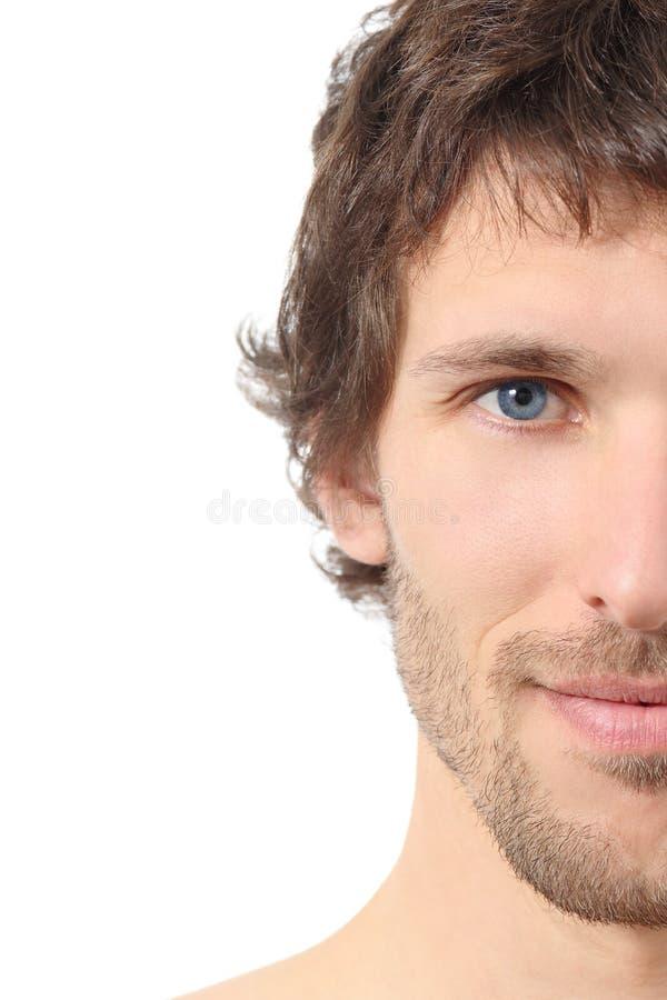 Gesichtsbehandlung nah oben von einem halben attraktiven Manngesicht stockfotos