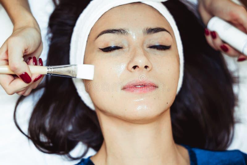 Gesichtsbehandlungsschalen am Salon stockfotos