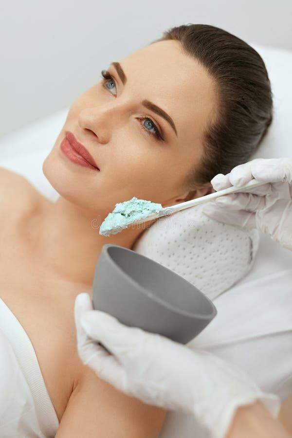 Gesichtshautpflege Frau, die Alginats-Gesichtsmaske am Cosmetology tut stockbilder
