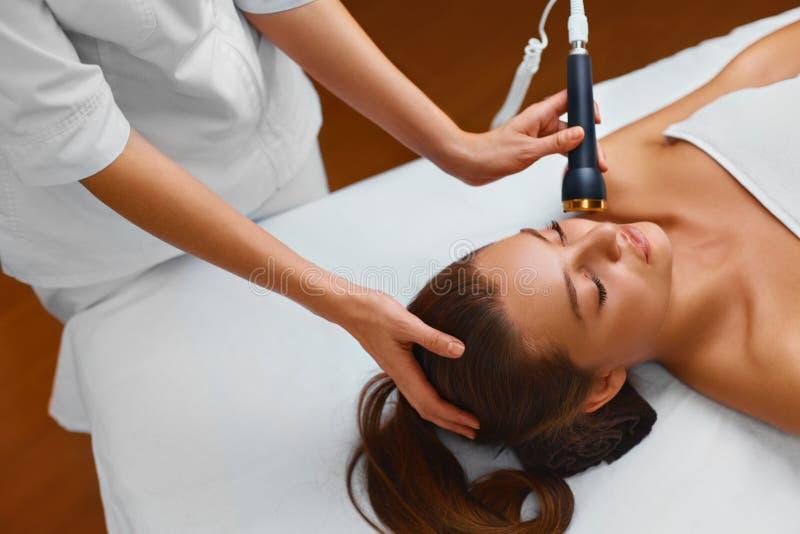 Gesichtshautpflege Frau liegt auf einer Tabelle in einem Schönheitsbadekurort, der a erhält stockfotografie