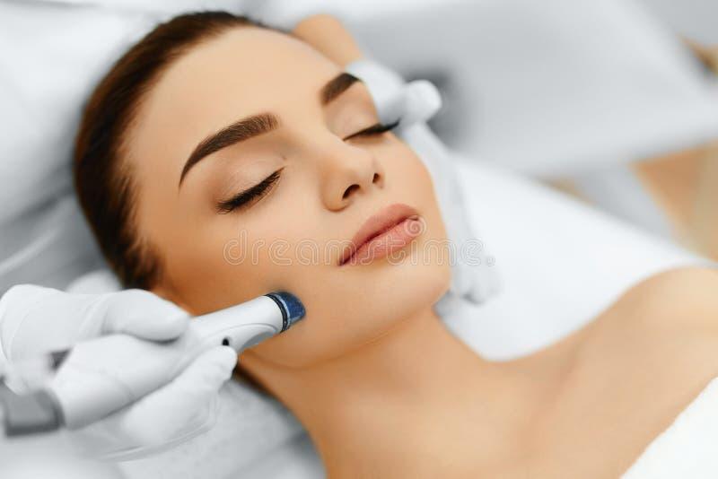 Gesichtshautpflege Gesichts- hydro-Microdermabrasions-Schalen-Behandlung stockbilder