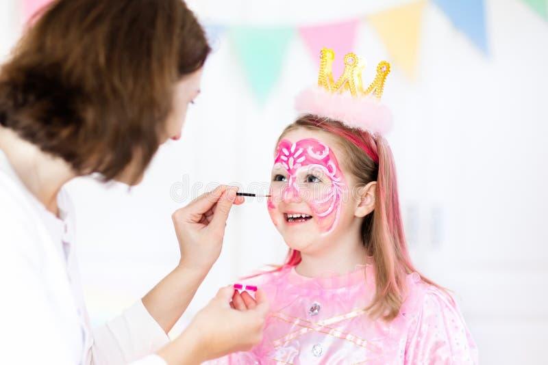 Gesichtsmalerei für Geburtstagsfeier des kleinen Mädchens lizenzfreies stockfoto