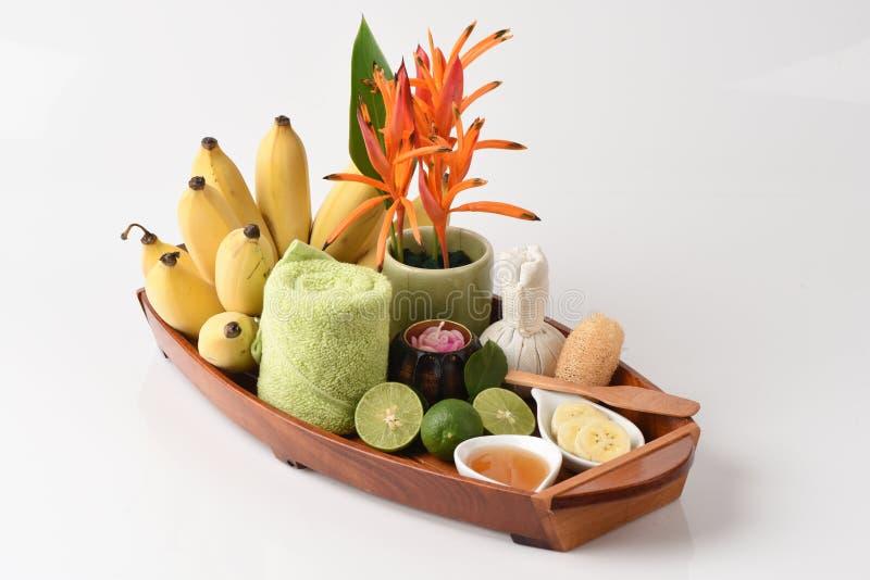 Gesichtsmaske mit angebauten Bananen, Zitrone und Honig stockfotos