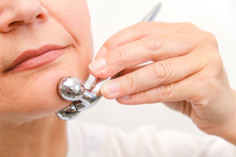 Gesichtsmassage im Badekurortumweltmakro Attraktive Frau mit den nahen Augen, die Hautpflege mach's gut sind Selektiver Fokus des lizenzfreie stockfotografie