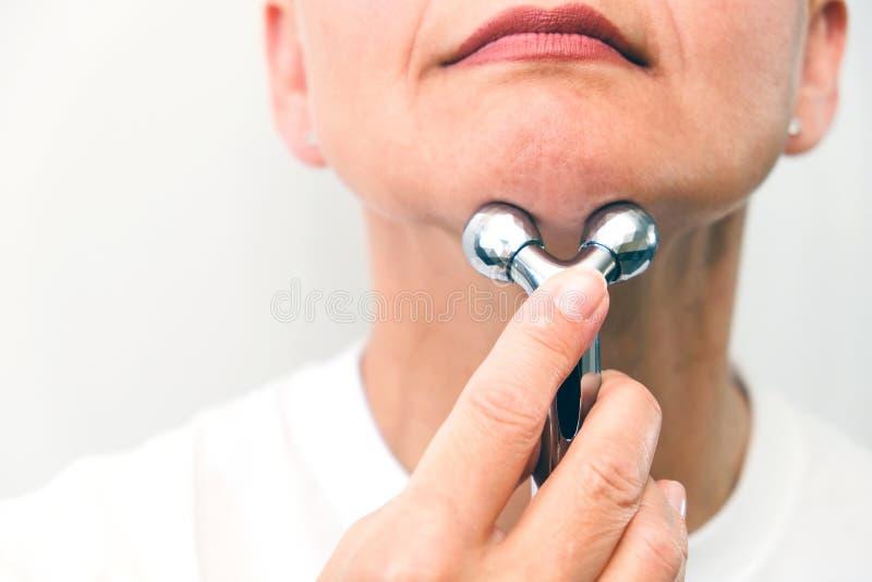 Gesichtsmassage im Badekurortumweltmakro Attraktive Frau mit den nahen Augen, die Hautpflege mach's gut sind Selektiver Fokus des stockbild