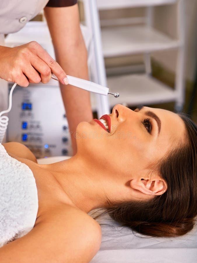 Gesichtsmassage am Schönheitssalon Elektrostimulationsfrauenhautpflege lizenzfreie stockbilder