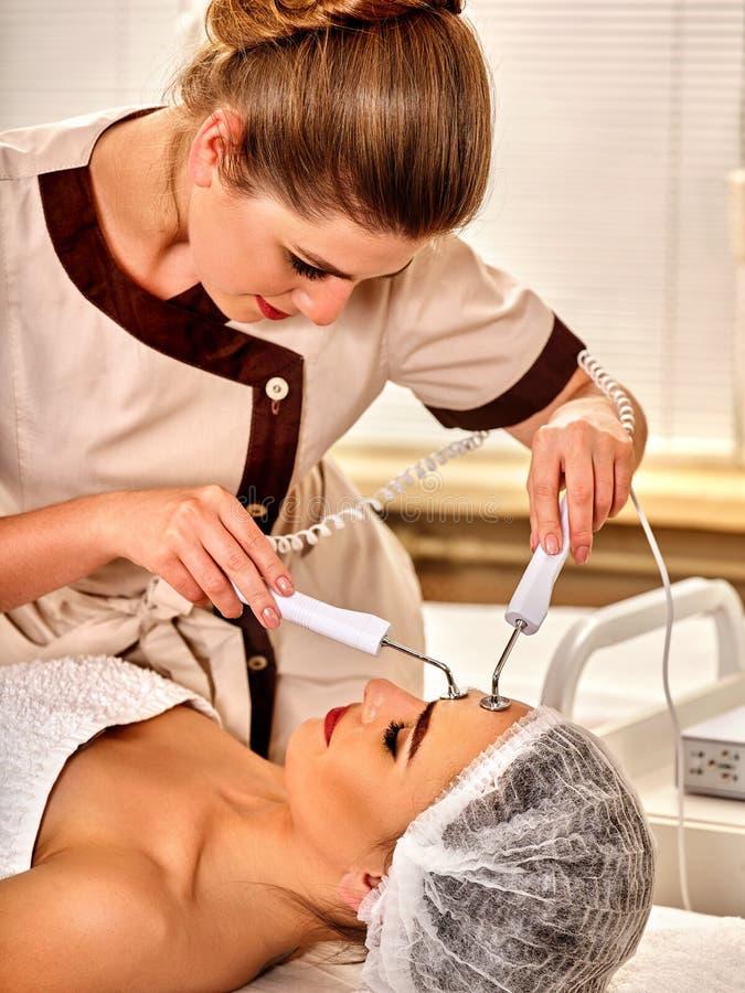 Gesichtsmassage am Schönheitssalon Elektrostimulationsfrauenhautpflege lizenzfreie stockfotos