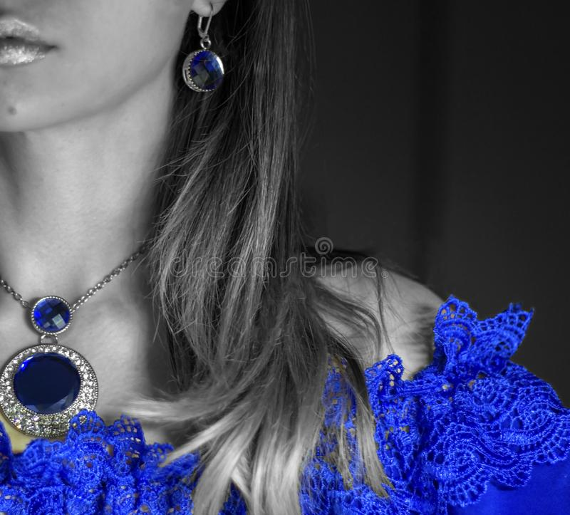 Gesichtspartie der Frau im blauen Abendkleid mit Spitze mit funkelndem Schmuck stockfotografie