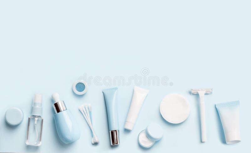 Gesichtspflegemittelstärkungsmittel oder Lotion, Serum, Creme, micellares Wasser, Baumwollauflagen und Stöcke, Rasierapparat auf  lizenzfreies stockbild