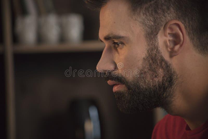 Gesichtsporträt des jungen Mannes mit dem Bart der, der traurig und vorwärts geschaut worden sein würden lizenzfreies stockfoto