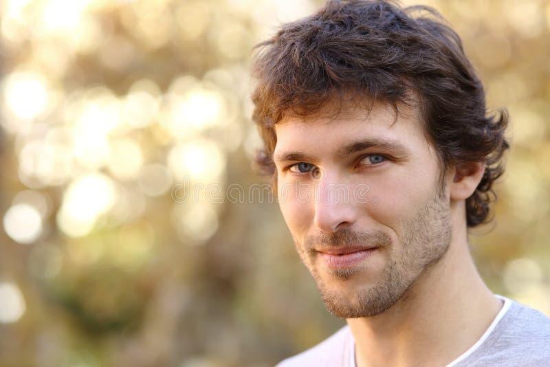 Gesichtsporträt eines attraktiven erwachsenen Mannes stockfoto