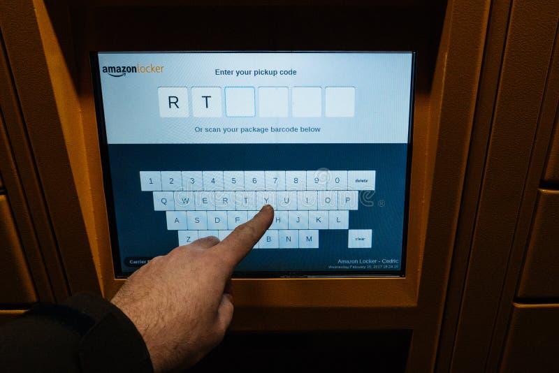 Gesichtspunkt des Kunden das digitale mit Berührungseingabe Bildschirm Amazonas-Schließfachs betrachtend stockfoto