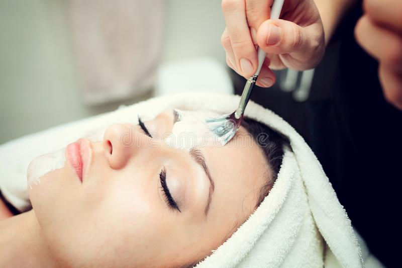 Gesichtsschönheitsmaske für junge Frau stockfotos