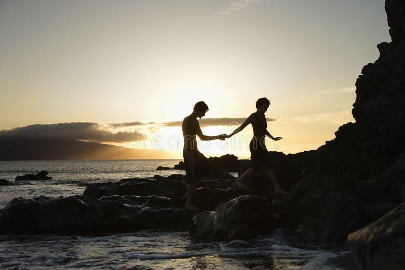 Gesilhouetteerd paar bij strand. royalty-vrije stock afbeeldingen