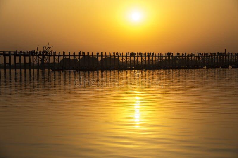Gesilhouetteerde mensen op de Brug van U Bein bij zonsondergang, Amarapura, Mandal royalty-vrije stock foto