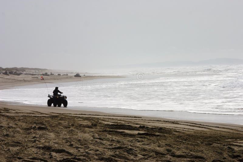 Gesilhouetteerde ruiter ATV op het Strand royalty-vrije stock afbeelding