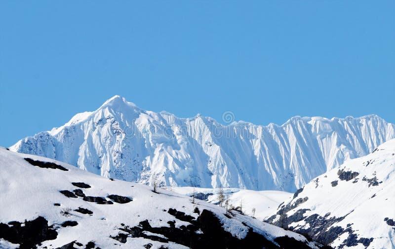 Gesims auf Schnee mit einer Kappe bedeckter Kante in Alaska lizenzfreies stockfoto
