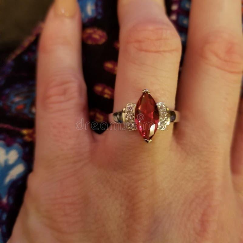 Gesimuleerde marquise-besnoeiings robijnrode ring royalty-vrije stock afbeeldingen