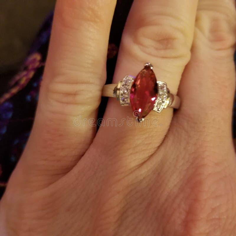 Gesimuleerde marquise-besnoeiings robijnrode ring stock foto's
