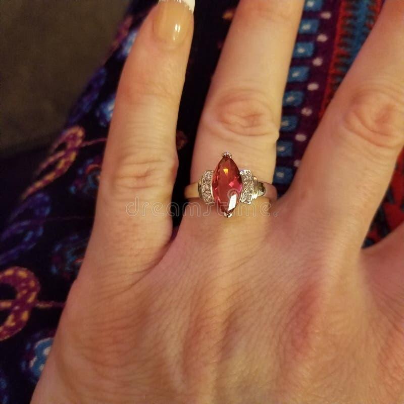 Gesimuleerde marquise-besnoeiings robijnrode ring royalty-vrije stock foto