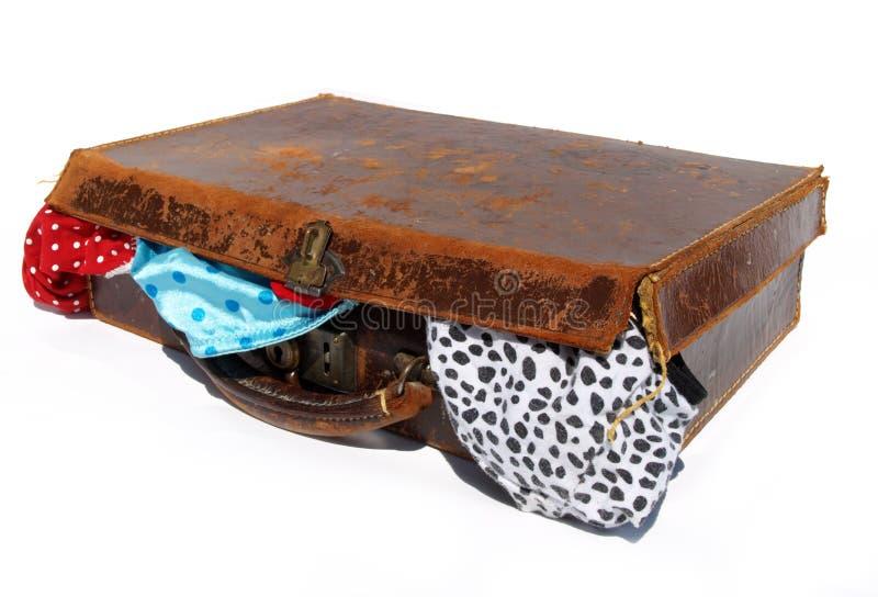 Geslagen oude bruine leerkoffer met ondergoed royalty-vrije stock fotografie