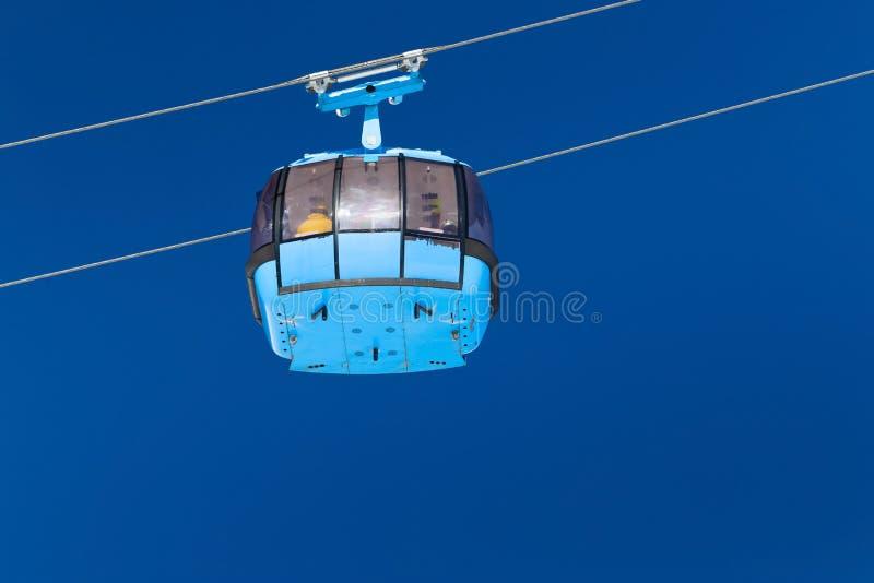 Gesloten cabine van de kabelwagenlift in de skitoevlucht stock afbeeldingen