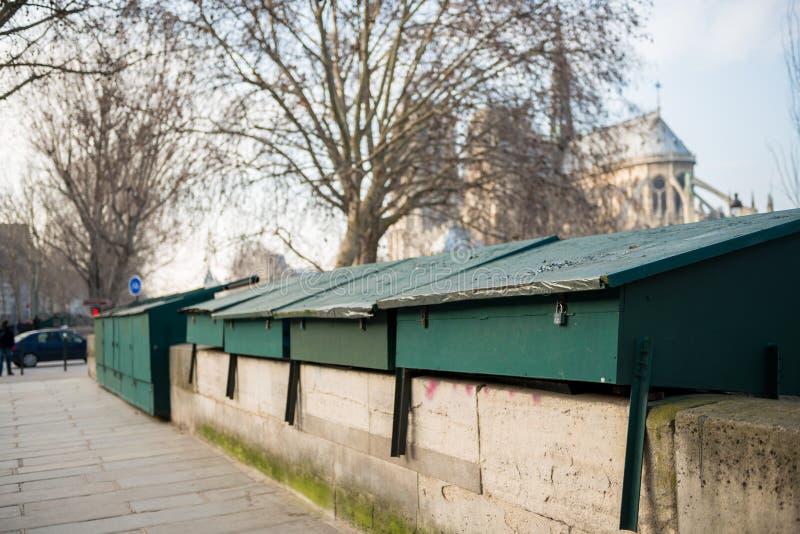 gesloten cabines van tweedehandse boekhandelaar op de rand van Zegen in Parijs stock foto