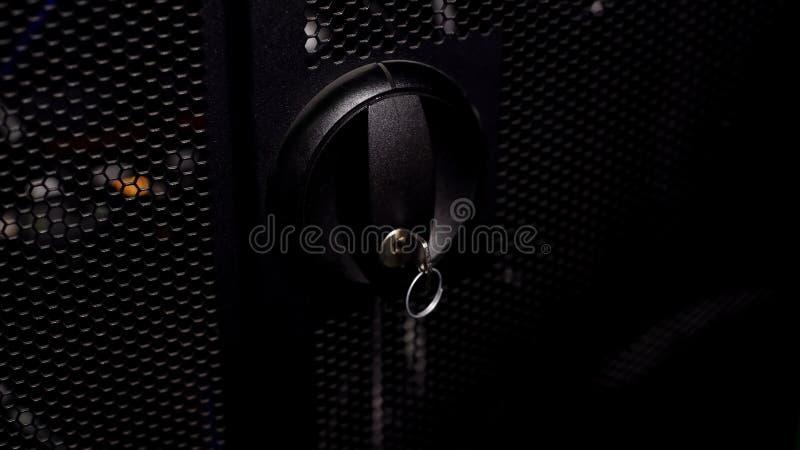 Gesloten deur met sleutel tot de rekken van de computerserver of schakelaardoos, veiligheidssysteem stock fotografie
