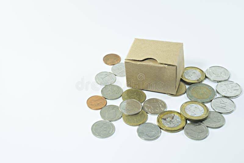 Gesloten die kartondoos met muntstukken op een wit worden geïsoleerd stock afbeelding