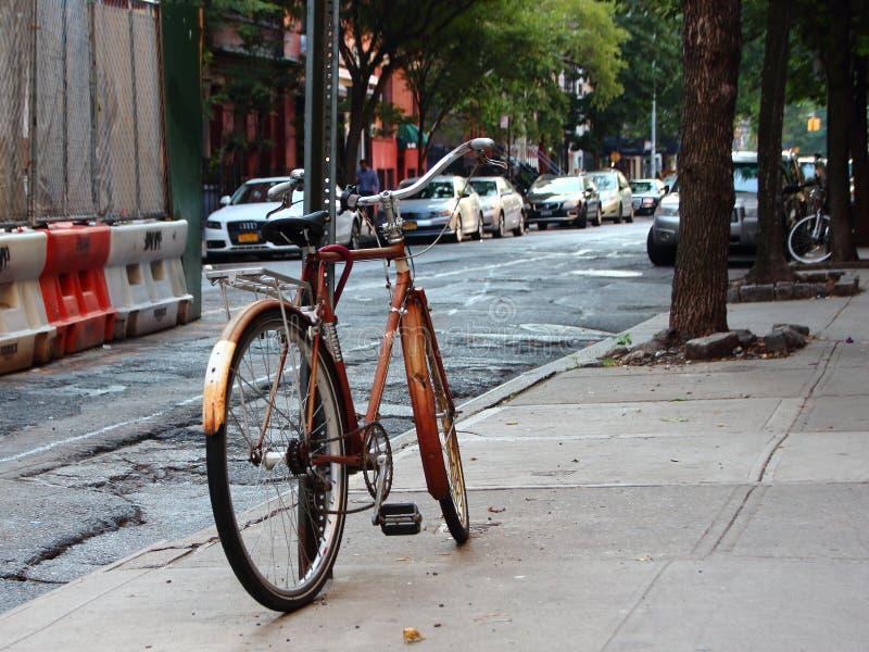 Gesloten fiets en het Geparkeerde Leunen op Pool stock afbeelding