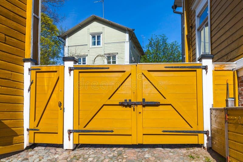 Gesloten gele houten poort, Porvoo stock fotografie