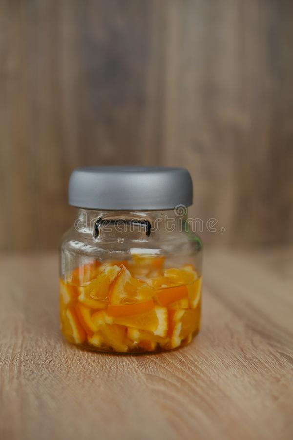 Gesloten glas minifles met gesneden oranje fruit Houten achtergrond stock afbeeldingen