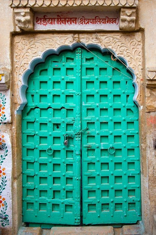 Gesloten groene deur royalty-vrije stock foto